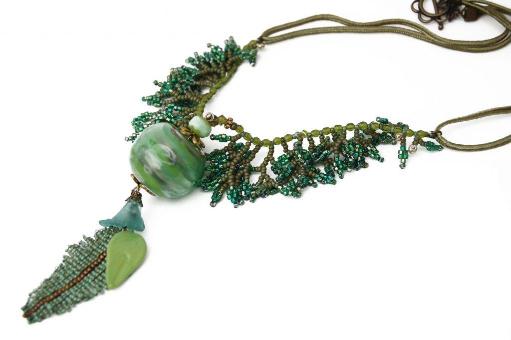 """Chanvre sauvage _ La collection """"Germination"""" est réalisée en collaboration avec Liliad bijoux pour le travail de broderie en micro perles de verre."""