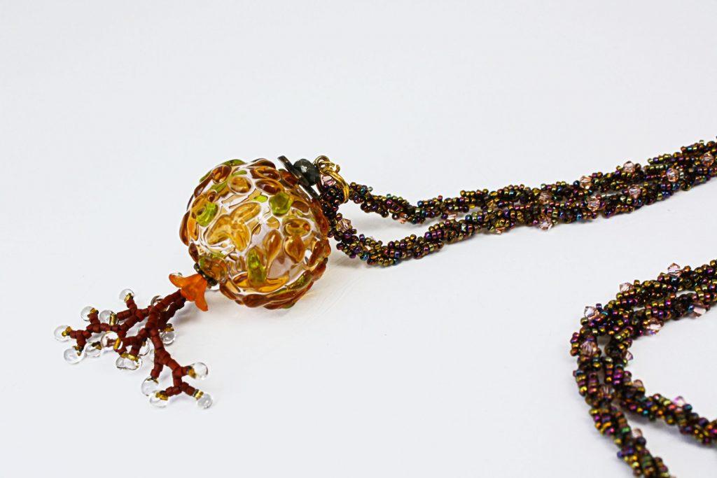 """Châtaignier _ La collection """"Germination"""" est réalisée en collaboration avec Liliad bijoux pour le travail de broderie en micro perles de verre."""