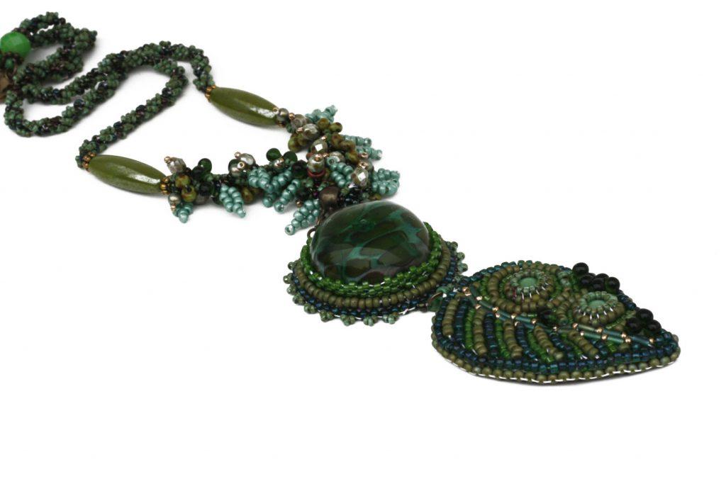 """Fragon _ La collection """"Germination"""" est réalisée en collaboration avec Liliad bijoux pour le travail de broderie en micro perles de verre."""