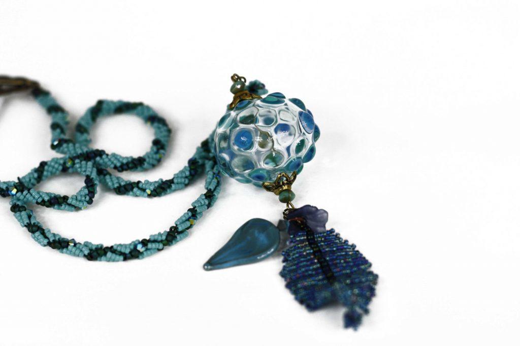 """Grenadier _ La collection """"Germination"""" est réalisée en collaboration avec Liliad bijoux pour le travail de broderie en micro perles de verre."""