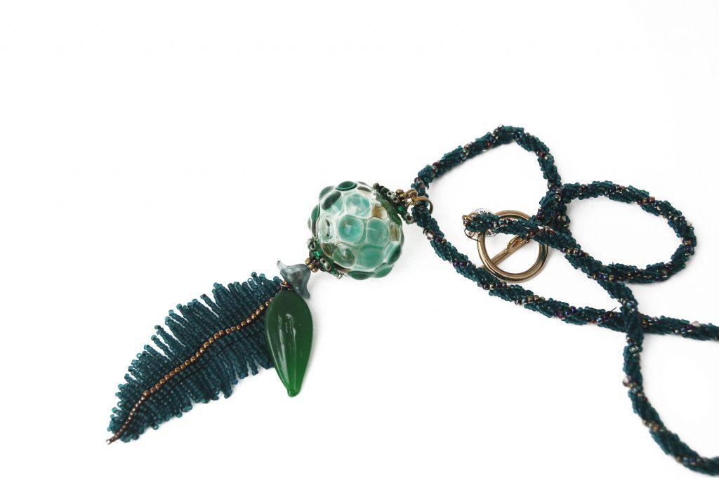 """Menthe _ La collection """"Germination"""" est réalisée en collaboration avec Liliad bijoux pour le travail de broderie en micro perles de verre."""