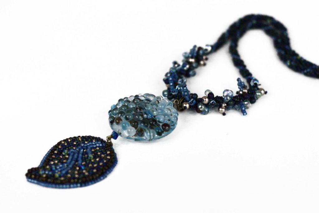 """Pittospore _ La collection """"Germination"""" est réalisée en collaboration avec Liliad bijoux pour le travail de broderie en micro perles de verre."""