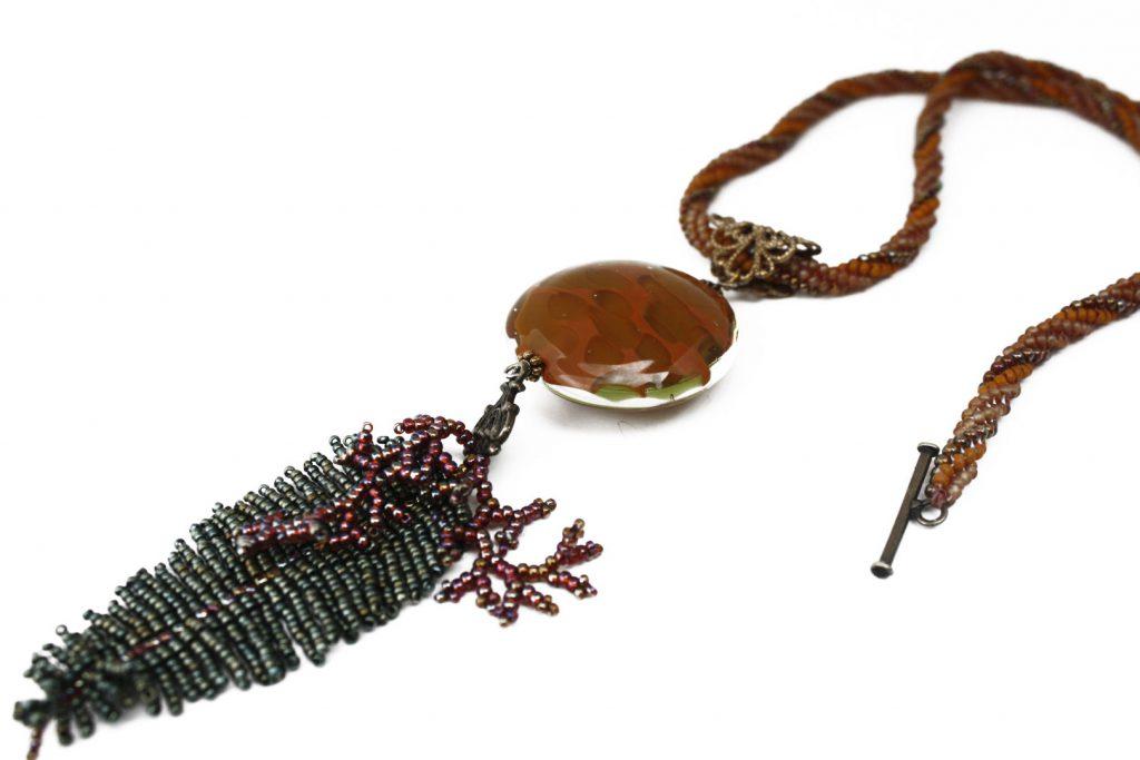 """Saxifrage _ La collection """"Germination"""" est réalisée en collaboration avec Liliad bijoux pour le travail de broderie en micro perles de verre."""
