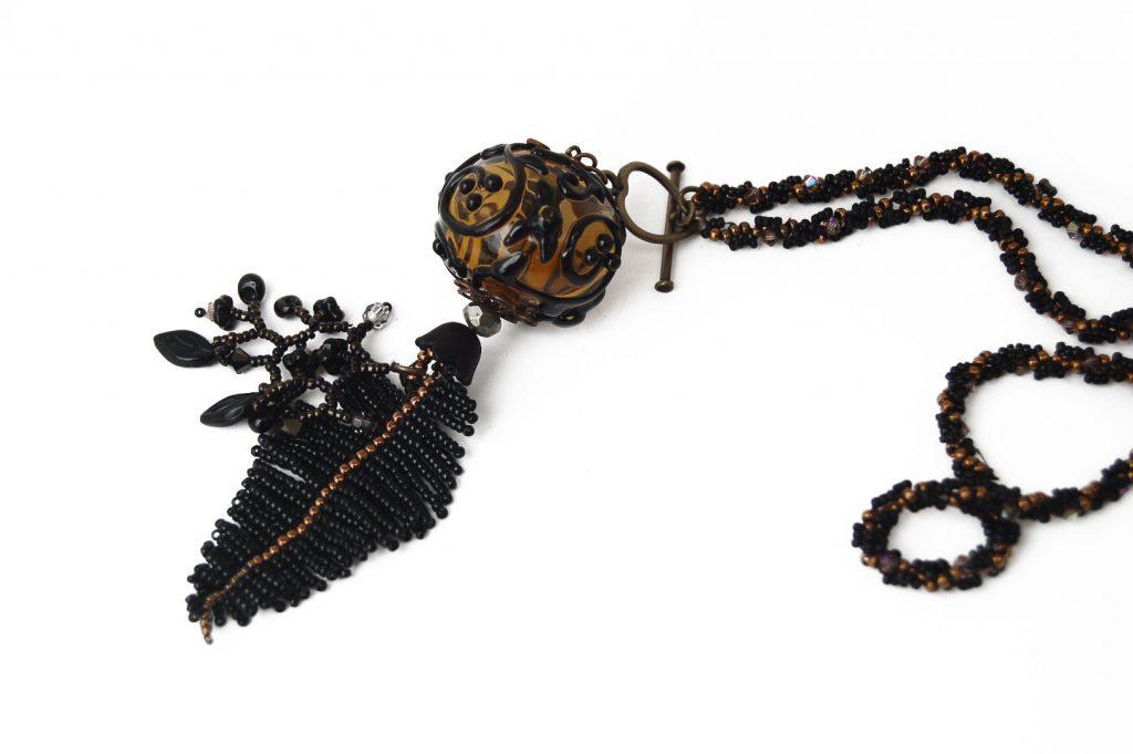 """Tamier _ La collection """"Germination"""" est réalisée en collaboration avec Liliad bijoux pour le travail de broderie en micro perles de verre."""